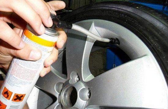 Ремкомплект: шинный герметик и насос для небольших проколов